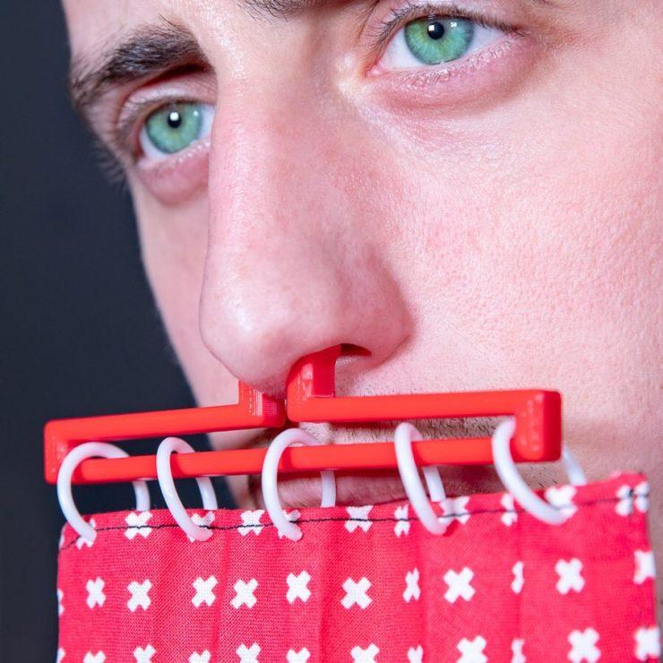 鼻の穴にブスッと。しっかり装着。
