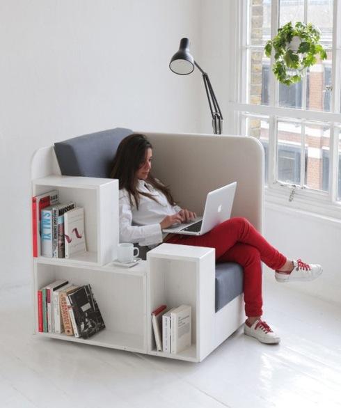 たっぷりの本棚が付いた、座り心地良さげな一人用ソファ【OpenBook】