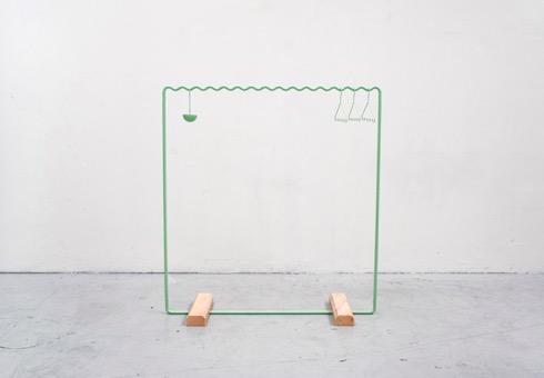 オプションアクセサリーとして小物入れやベルトハンガーなどもあり。存在感のある家具はちょっと・・・という方にいかが?(via Leibal)