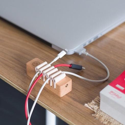 木のあたたかみ溢れるケーブルオーガナイザー【Wooden Desktop Cable Management】